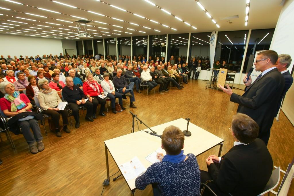 MedKonkret; LKH Feldkirch Panoramasaal; Publikum, auch beim Hörtest, und vom Referenten (Primar Heinz Drexel)