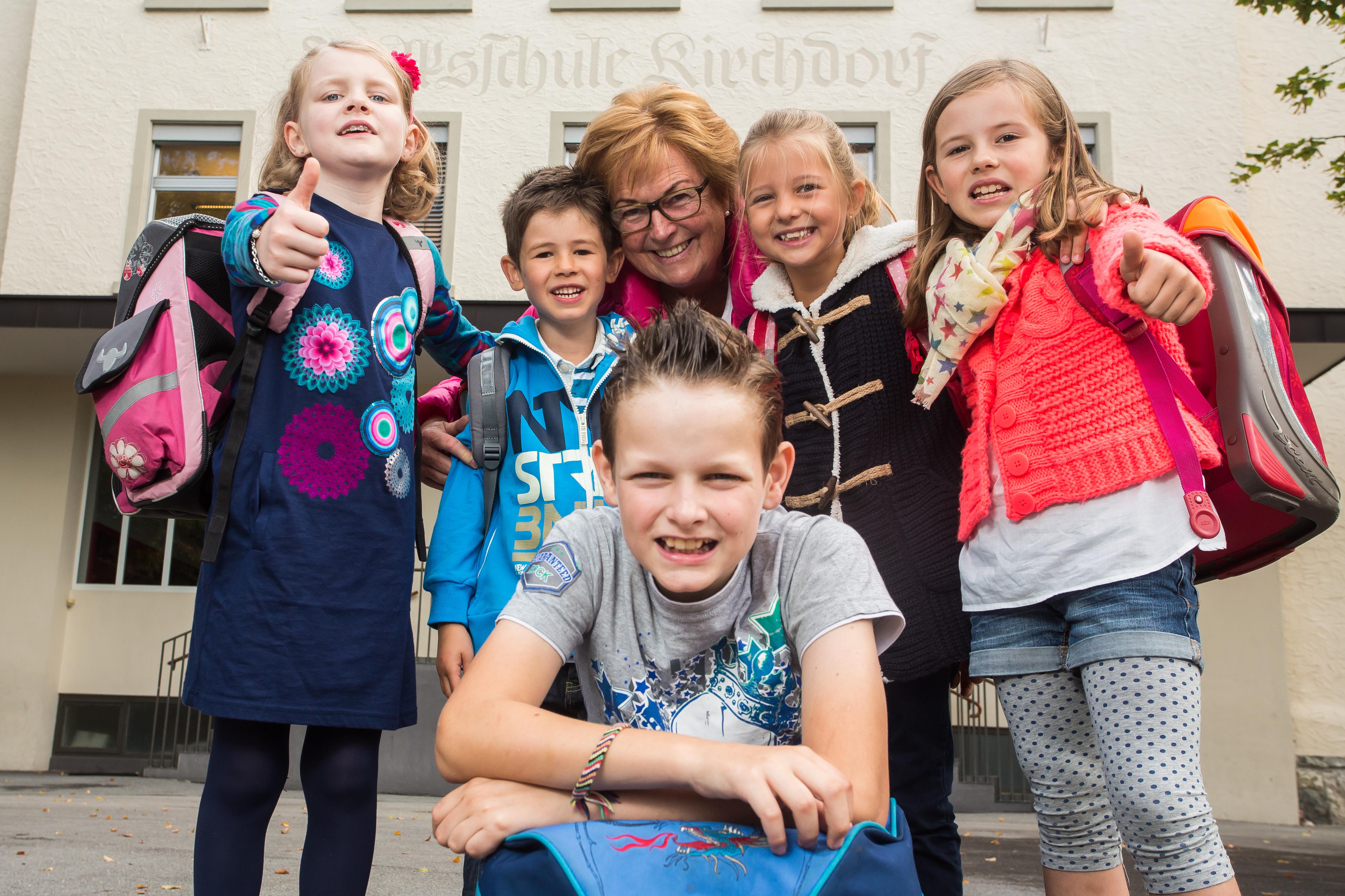 Fotos für Sammelaktion zum Schulstart Ma hilft. Unsere Patin Marlies Müller ist da und vier Schüler.